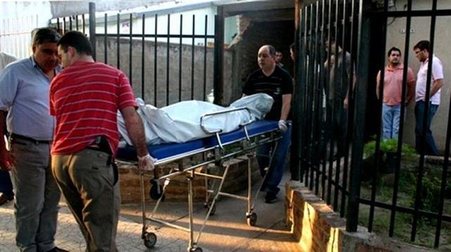 Policías retiran el cuerpo de Carla.